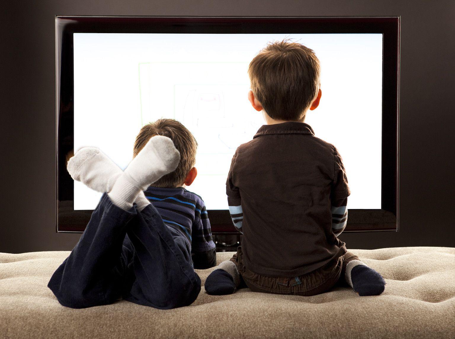 Ce pericole ascunde o oră în fața televizorului pentru copii