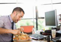 Ce se întâmplă cu organismul tău dacă mănânci pe fugă?