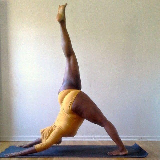 Este supraponderală dar execută cele mai dificile poziţii de yoga