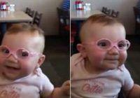 Un bebeluș își vede părinții clar pentru prima dată după ce își pune o pereche de ochelari. Reacția uimitoare
