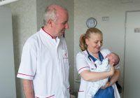 Dr. Alina Ilici și dr. Dan Cristea alături de bebelușul pe care l-au salvat