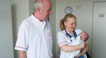 CAZ DIFICIL. Medicii au salvat un bebeluș născut cu intestinele și ficatul poziționate în cutia toracică