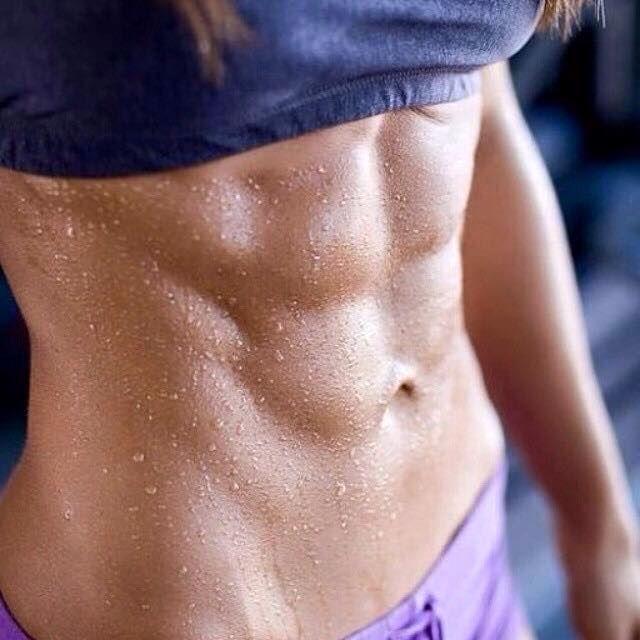 Exercițiul de câteva minute care îți transformă total corpul. E mai eficient decât 1000 de abdomene