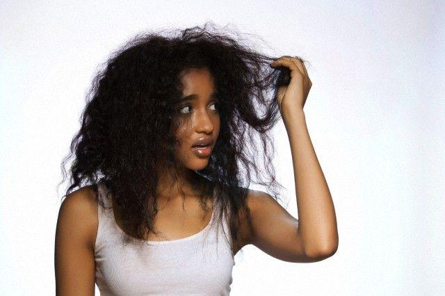 Îți cade părul? Iată 5 cauze comune