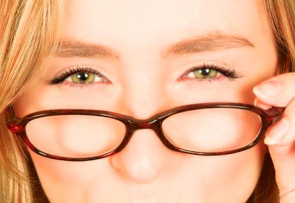 """Ai vederea încețoșată și simți nevoia să faci """"ochii mici"""" ca să vezi la distanță? Iată ce boală poți avea și cum se tratează"""