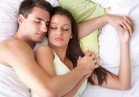 Poziția în care dormi cu partenerul dezvăluie adevărul despre relația voastră. Ce poziție indică o ruptură?