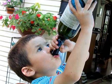 Un băiețel de 5 ani a ajuns în comă alcoolică la spital. E revoltător ce făceau părinții în acest timp