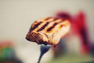 """Carnea din comerț e nocivă chiar dacă nu e injectată cu hormoni. Nutriționist: """"Producătorii dopează puii cu substanţe interzise, greu de depistat la analize"""""""