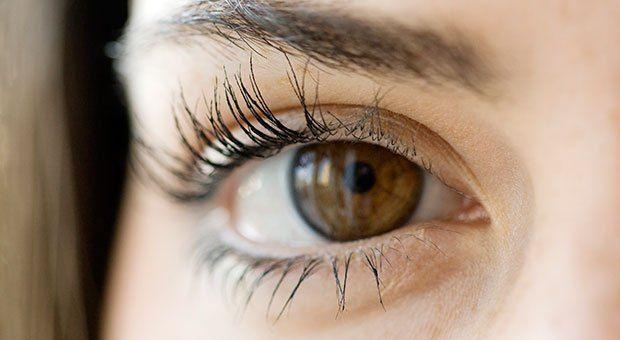 Ai ochii sensibili? Uite cum folosești corect mascara