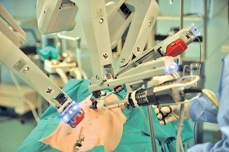 Operații pe inimă fără să tai pacientul. Ce intervenții se pot face cu roboții chirurgicali