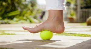 Cum scăpați rapid de durerile de spate cu o simplă minge de tenis