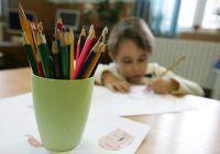 Un copil de gradinita deseneaza, vineri 20 februarie 2009, in Bucuresti.