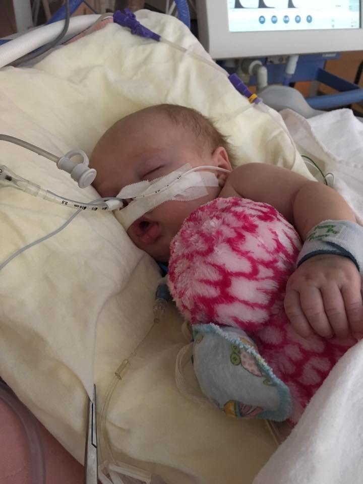 """Această femeie a postat poze cu fetița ei grav bolnavă pentru a trage un semnal de alarmă. """"Părinții ar trebui să știe ce le pot face copiii lor nevaccinați altor copii"""""""