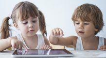 """Psiholog: """"Copiii lăsați să se joace pe telefon cu orele, se simt abandonați, respinși și neimportanți pentru părinți"""""""