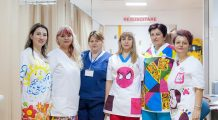 Mai mult de jumătate dintre copii manifestă frică față de doctori și asistente. Iată cum au încercat cadrele medicale să îi ajute pe cei mici să-și învingă teama