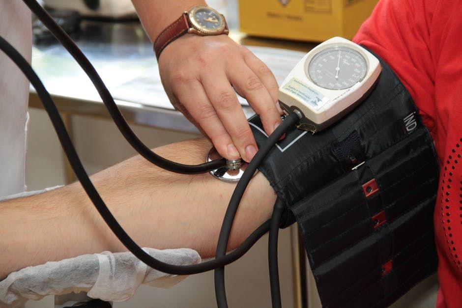 Cum se măsoară corect TENSIUNEA arterială. Detaliul care ți-ar putea salva viața