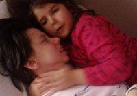 Miraculos! O femeie care a intrat în comă în timp ce năștea s-a trezit după 7 ani și și-a îmbrățișat fiica pentru prima dată