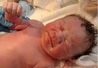 Dovada că nicio metodă de contracepție nu e 100% sigură. Ce ține în mână un bebeluș abia născut?