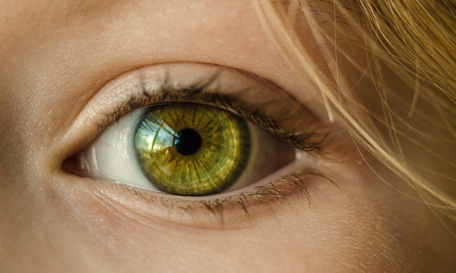 Cum îți distrug vederea razele UV și lumina albastră a monitoarelor