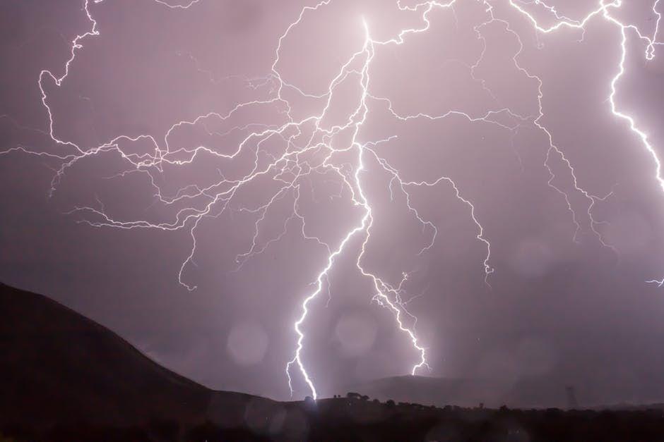 CE NU TREBUIE să faci când e furtună şi când afară fulgeră