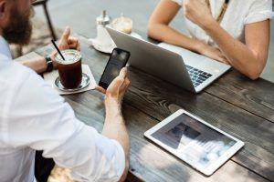 Când flirtul online înseamnă infidelitate în relaţie?