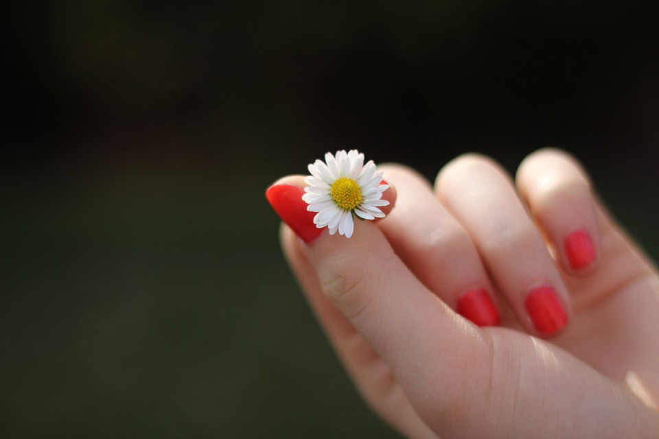 CANCER, HEPATITĂ, DIABET. Mâinile şi picioarele RECI, un simptom care poate ascunde BOLI GRAVE