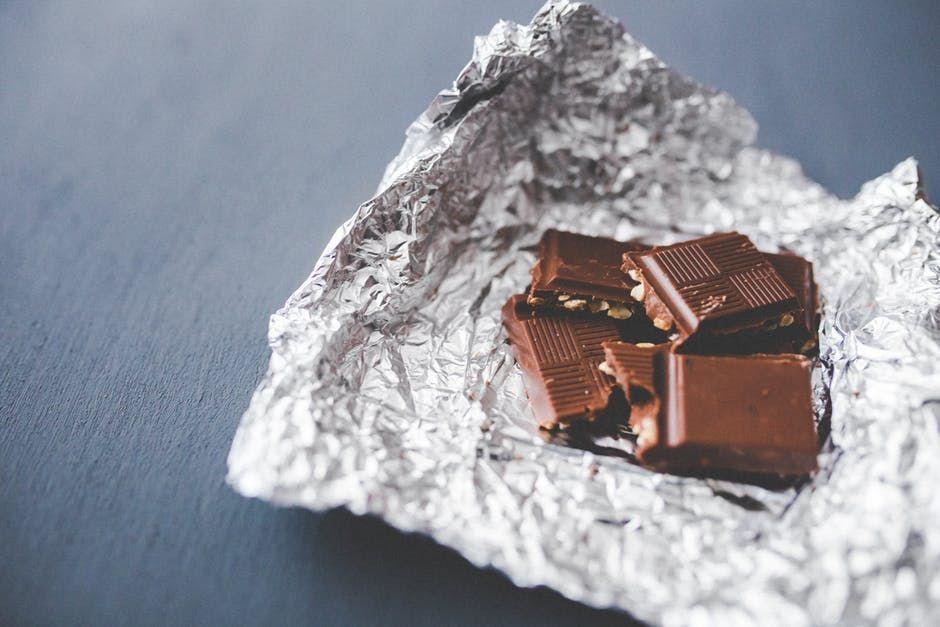 Cercetătorii au făcut o descoperire incredibilă. Ce se întâmplă în corpul nostru când mâncăm ciocolată și bem vin roșu?