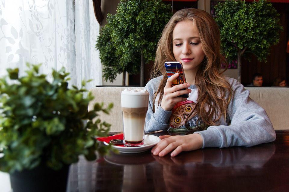 Un terapeut avertizează: E același lucru că îi dai copilului TELEFONUL sau un gram de COCAINĂ