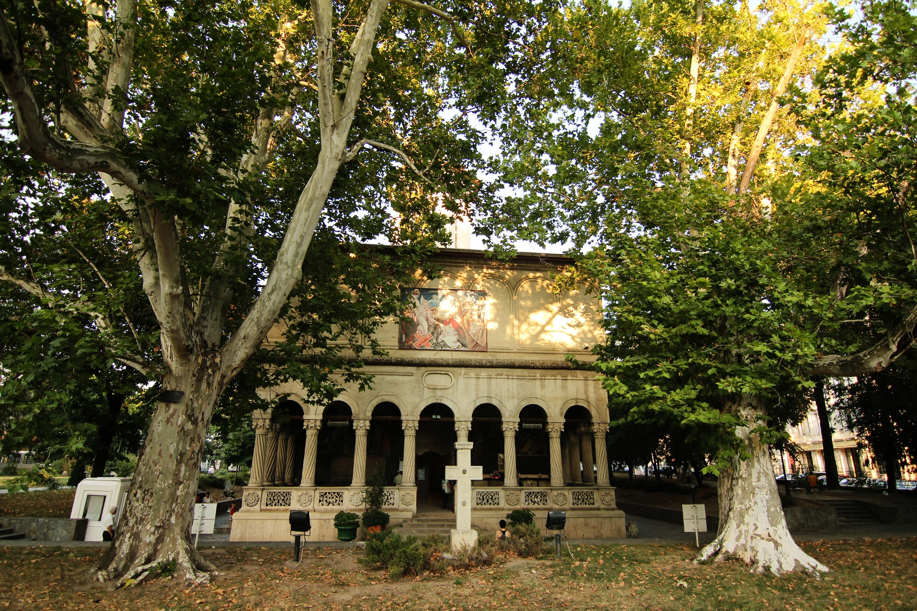 Mâna dreaptă a SFÂNTULUI Nicolae se află de sute de ani la Bucureşti, cadou de la Mihai Viteazul. Unde găsiţi MOAŞTELE sfinte, care ajută mii de români