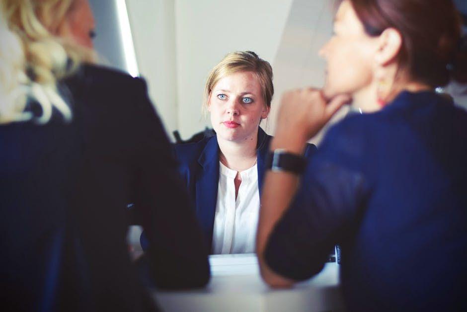 Șapte trucuri cu care să scapi de teama de a vorbi în public