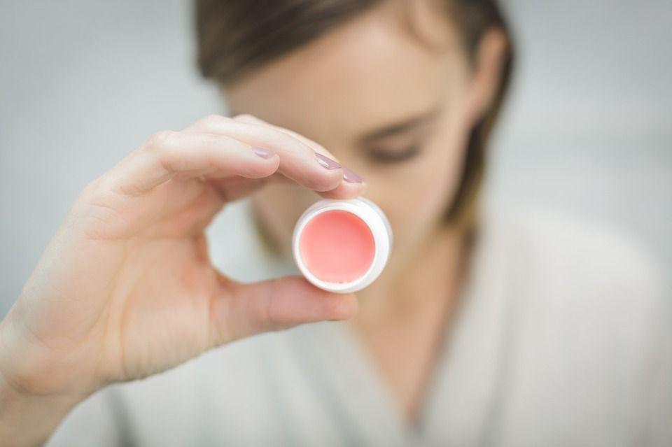 Cum să ne preparăm în casă BALSAM de buze, mai sănătos și mai ieftin decât cel din comerț