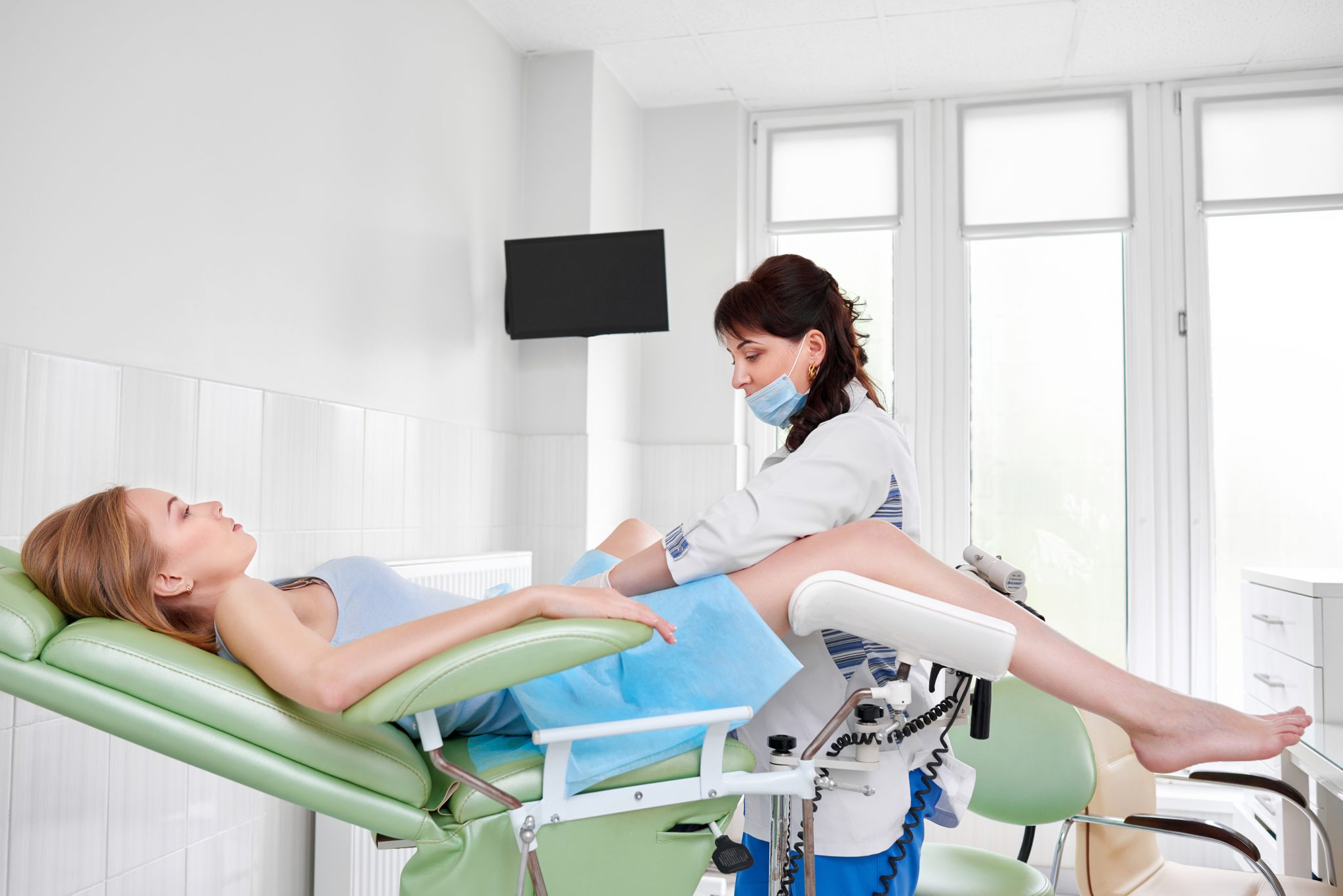 Видео женщина в гинекологии лежит в кресле