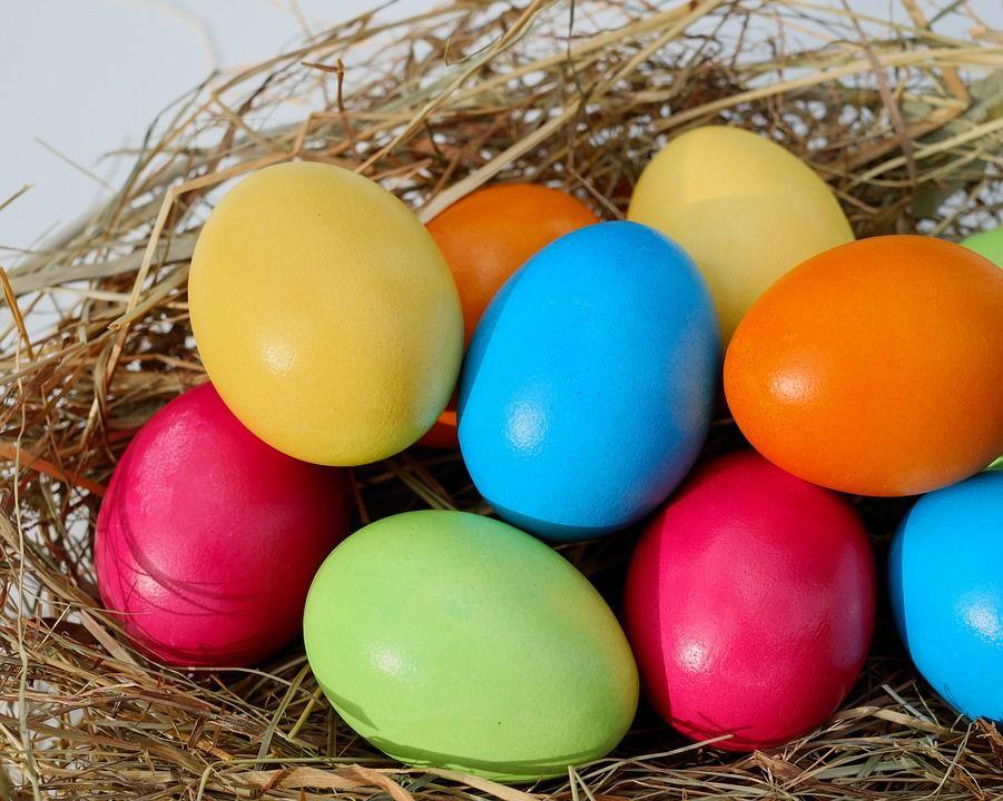 Vopselele de ouă din comerț sunt pline de aditivi cancerigeni. Iată cum puteți vopsi ouăle de Paște doar cu ingrediente naturale