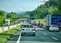 Motivul psihologic pentru care un om obișnuit transmite LIVE pe Facebook, în timp ce conduce