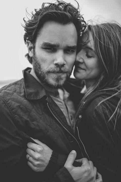 Psiholog: Fenomen social tot mai răspândit: Oamenii împrumută emoţiile altora