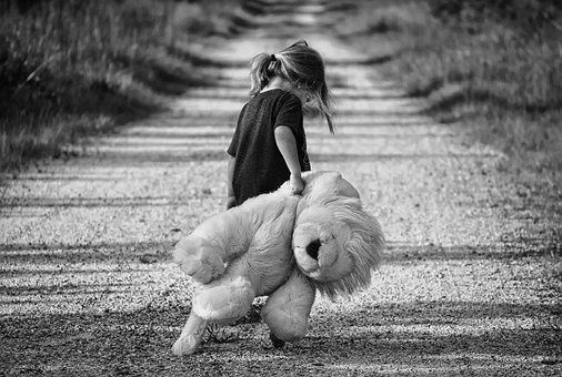 Consecințe dramatice pentru sănătatea mentală și emoțională a copiilor cu părinții la muncă în străinătate. Explicațiile psihologului