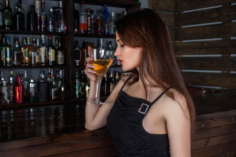 Cum ne afectează alcoolul sănătatea dentară. Consecințele consumului regulat sunt alarmante