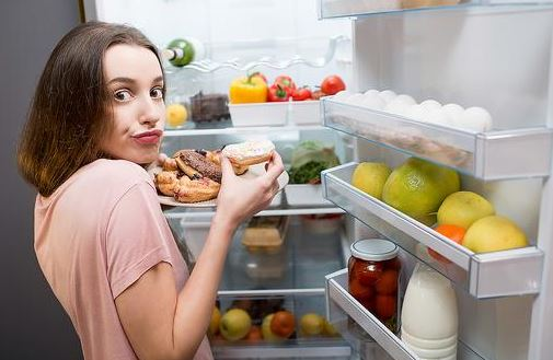 Tulburarea care aduce kilograme în plus. Semne că ai această DEPENDENȚĂ