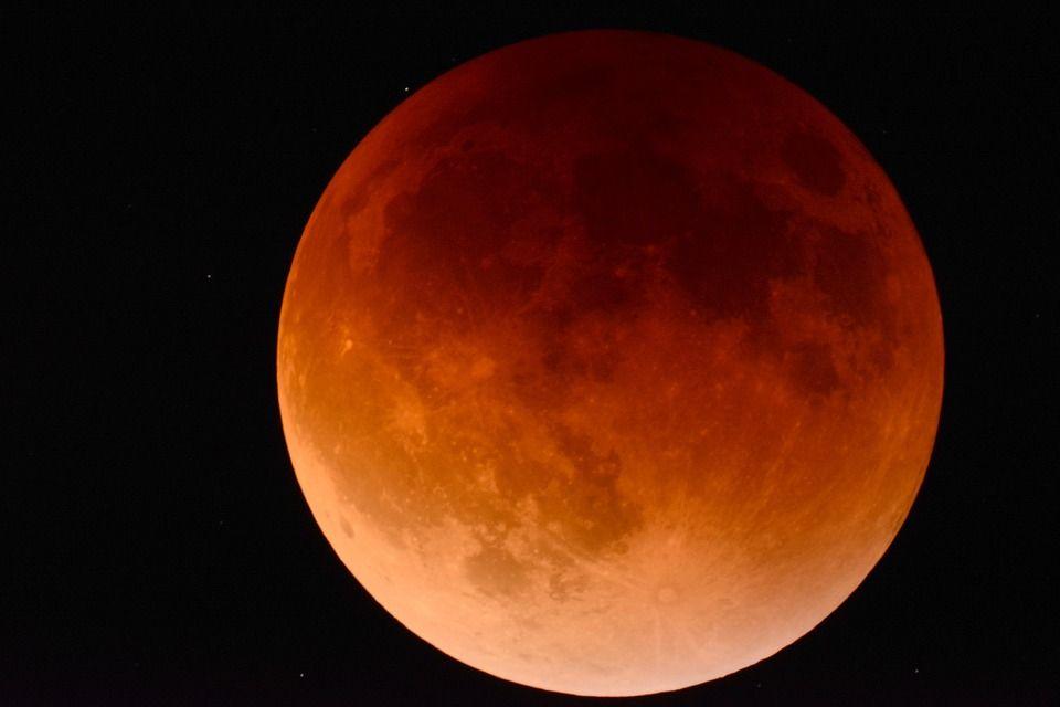 Știi că urmează cea mai lungă eclipsă lunară a secolului al XXI-lea? Când va avea loc și la ce urmări să ne așteptăm
