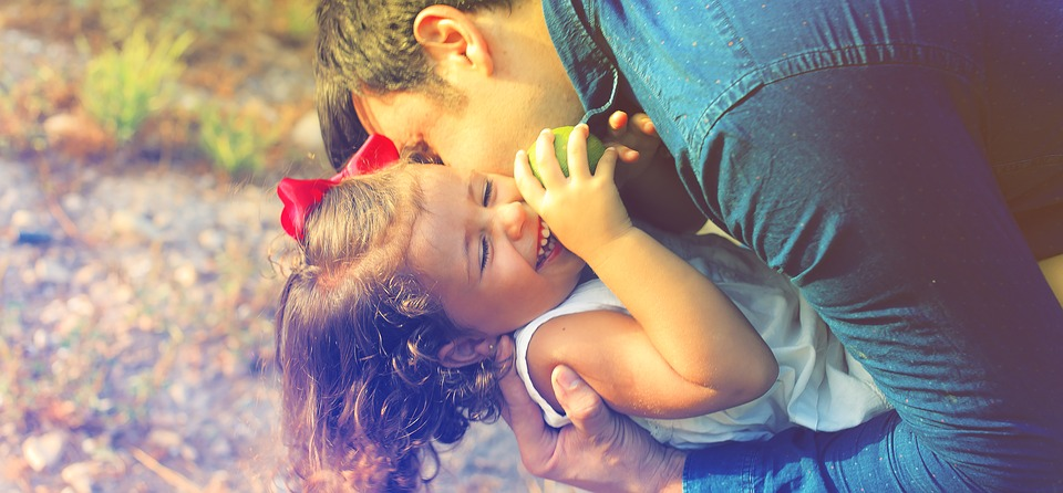 """Relația pe care o ai cu copilul tău își va pune amprenta pe caracterul său de adult. Atenționarea psihologului: """"Dacă vrei să îi spui copilului ceva, spune-i că e IUBIT"""""""