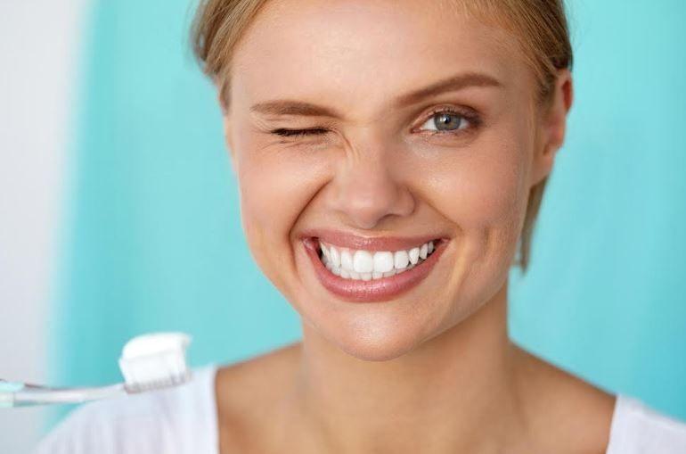 Vrei să uiți de dinții galbeni? Metoda care îți poate readuce zâmbetul perfect