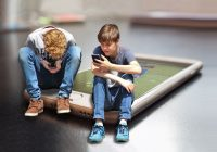 Drama generației cu telefonul în pat și cum le putem reda copilăria! Explicațiile psihologului