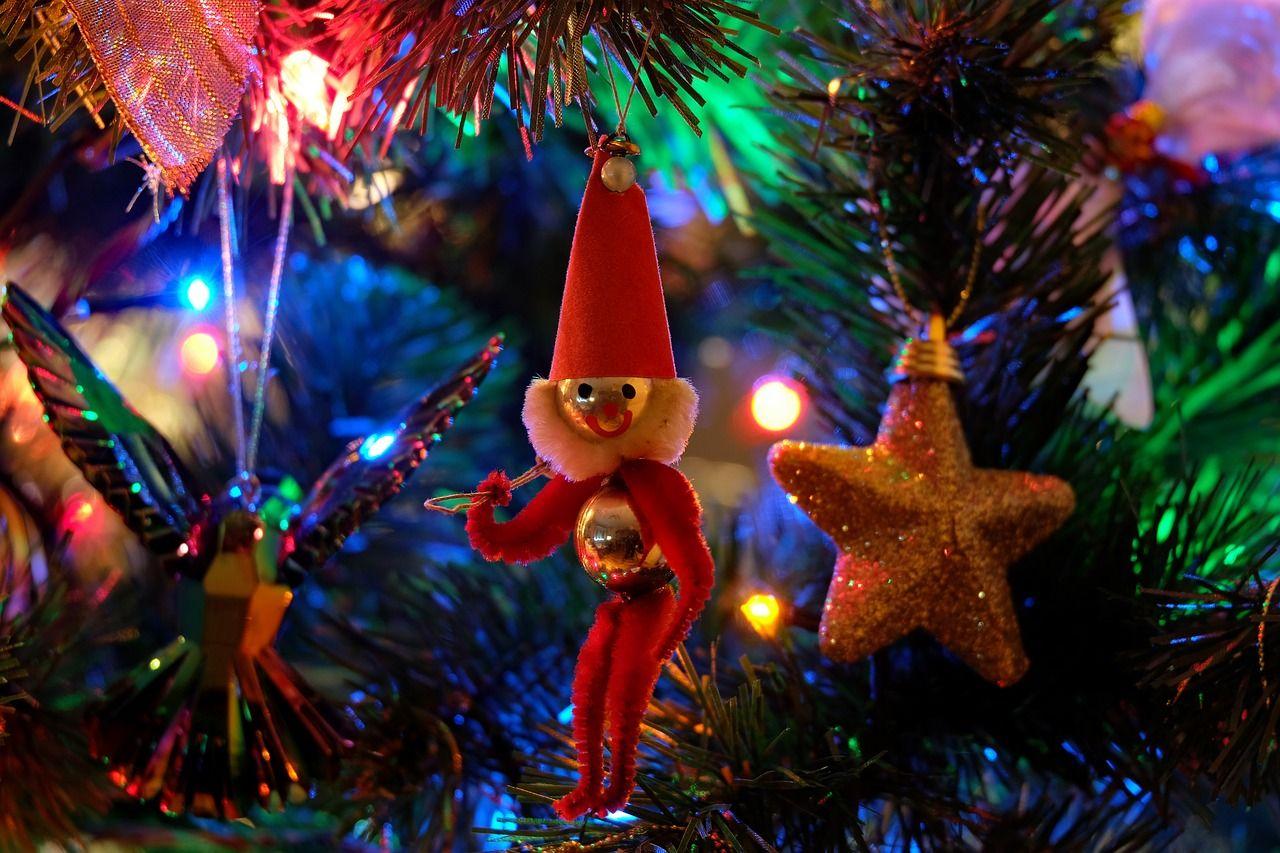 Copiii mici pot fi în pericol de sărbători. Cum îi ferești de capcanele din casă