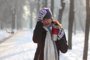 Cata apa trebuie sa bem iarna? Cat este de importanta hidratarea in sezonul rece