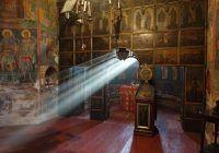Fenomene ieșite din comun la prima biserică ctitorită de Ștefan cel Mare. Proiecție de lumină din altar direct pe Sfânta Masă, la date fixe