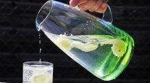 Ce beneficii are apa alcalină și cum îți poți prepara singur
