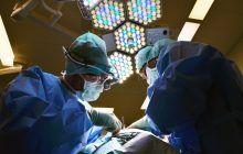 Medicii români au reușit să reatașeze mâna unui adolescent după ce i-a fost retezată într-un accident. Băiatul își poate mișca degetele