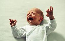 Otita acută, o infecție frecventă la copii. Primul semnal de alarmă: îl doare urechea și plânge