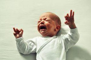 Otita acuta, o infecție frecventa la copii. Primul semnal de alarma: il doare urechea si plange