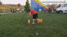 Sucuri din prafuri și apă de irigat vândute la un festival